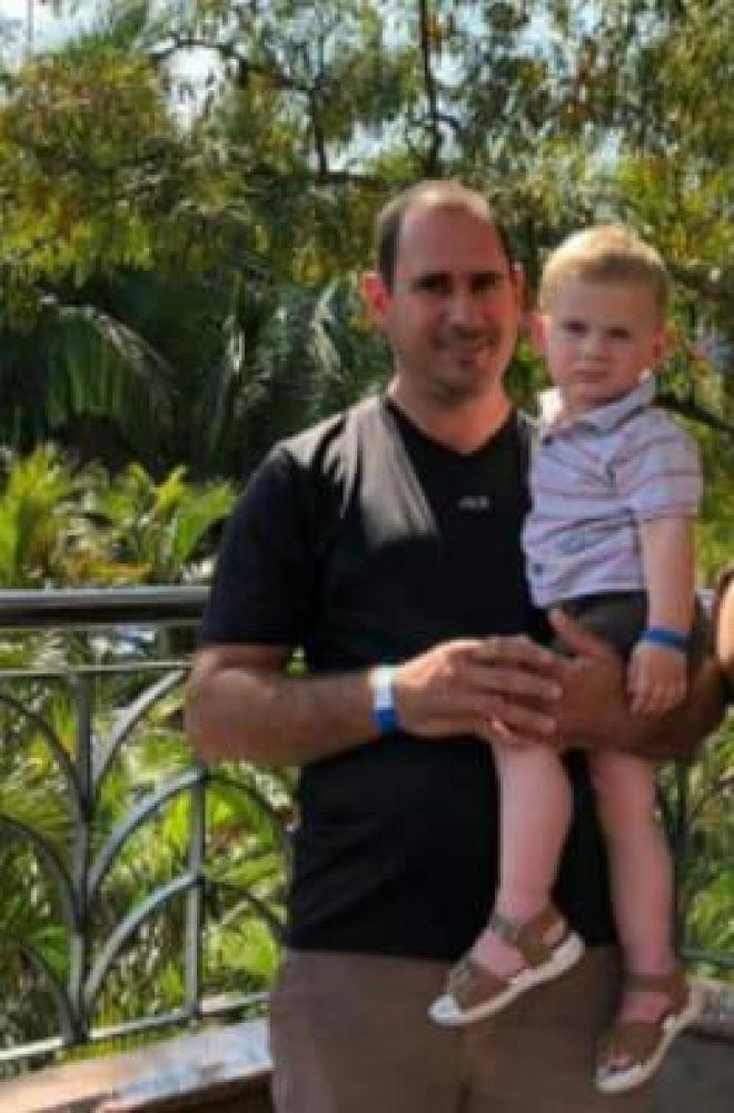 João Neto no colo do pai, Edevaldo
