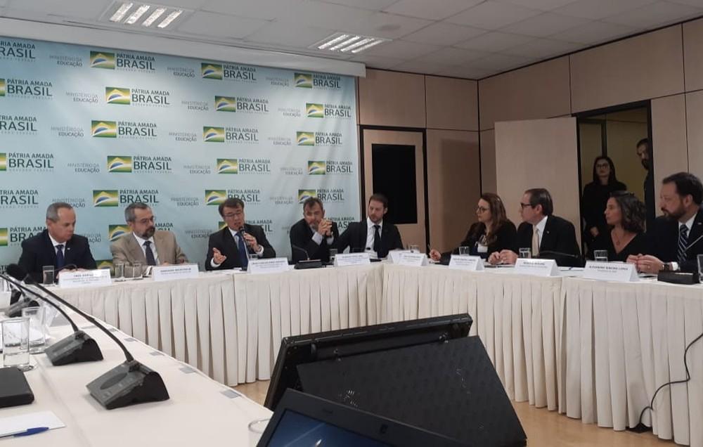 Ministro da Educação, Abraham Weintraub (de terno claro), durante a apresentação dos pontos do