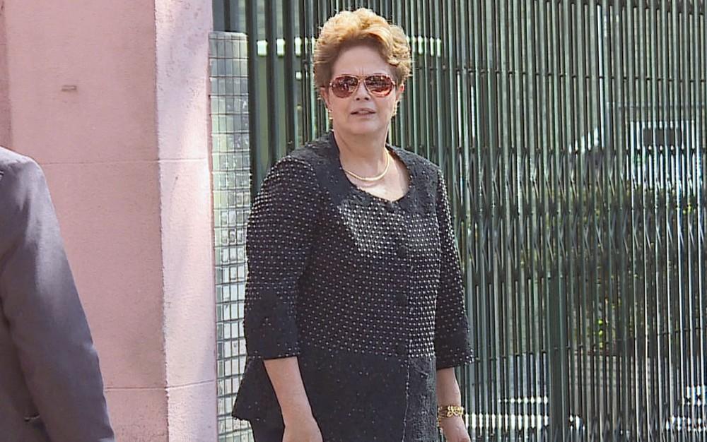 Ex-presidente Dilma Rousseff (PT) durante velório da mãe, Dilma Jane Rousseff, que morreu em Belo Horizonte — Foto: Reprodução/TV Globo