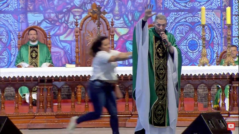 Mulher empurrou padre Marcelo Rossi durante missa na Canção Nova — Foto: Reprodução