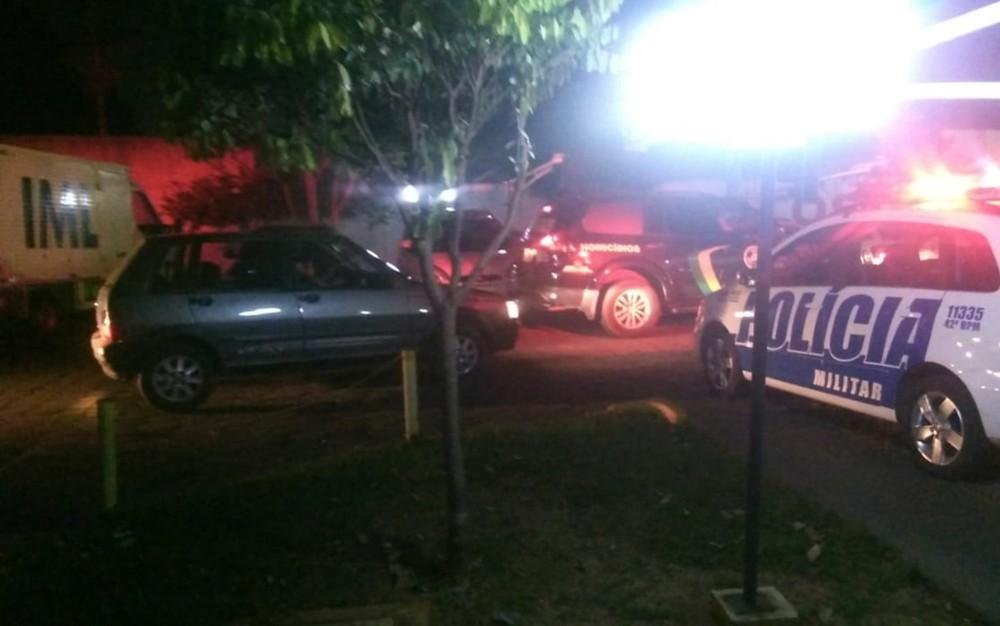 Veículos da Polícia Militar, Delegacia de Investigação de Homicídios e IML no local onde criança morreu, em Goiânia, Goiás — Foto: Reprodução/TV Anhanguera