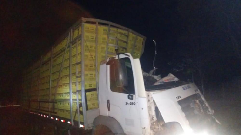 Depois do colidir contra a canaleta, a vítima ainda bateu o caminhão em um ponto de ônibus — Foto: Divulgação/PRE