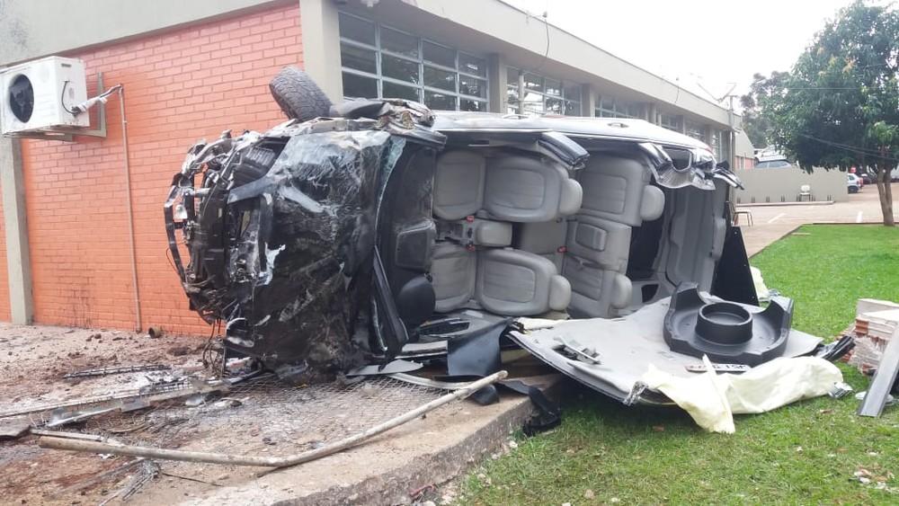 Após capotar, carro parou dentro do pátio do Detran em Campo Mourão — Foto: Juliana Sousa/Arquivo Pessoal