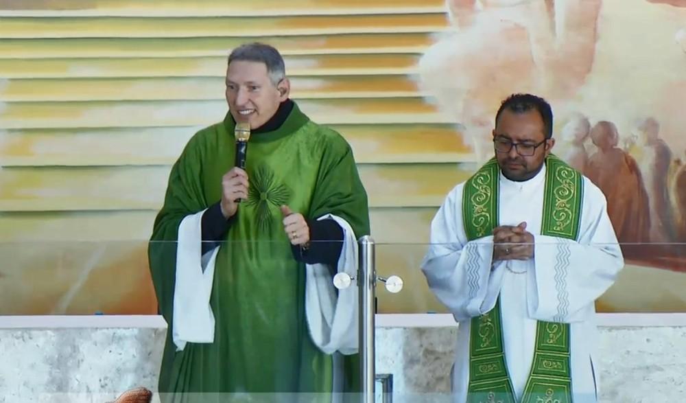 Padre Marcelo Rossi diz que passou por 'batismo de fogo' ao ser empurrado do altar em missa — Foto: Facebook/Reprodução