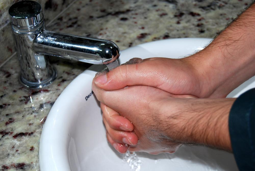 Saúde orienta a higienização frequente das mãos, principalmente antes de consumir algum alimento - AEN