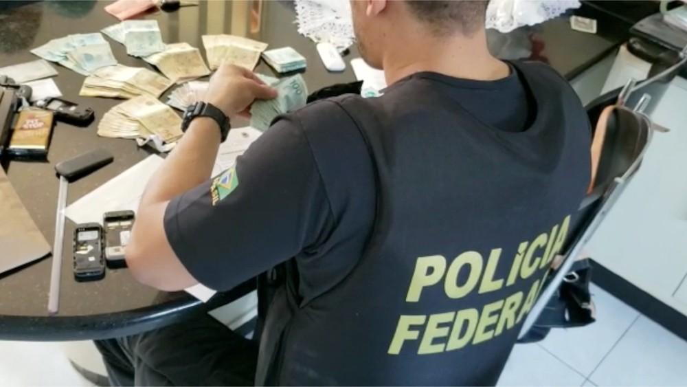 PF conta dinheiro apreendido em um dos endereços alvos da operação Teçá — Foto: PF/Divulgação