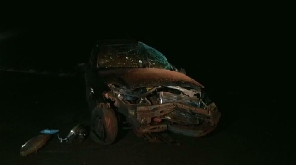 Uma pessoa morreu e outras duas ficaram feridas após capotamento, em Serranópolis do Iguaçu — Foto: Reprodução/RPC
