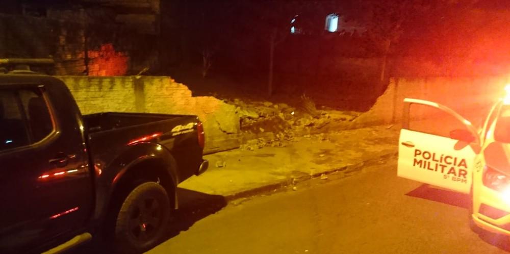 Suspeito bateu em um muro e em um carro da polícia durante tentativa de fuga, em Ibiporã — Foto: Imagens cedidas/Londrinanews