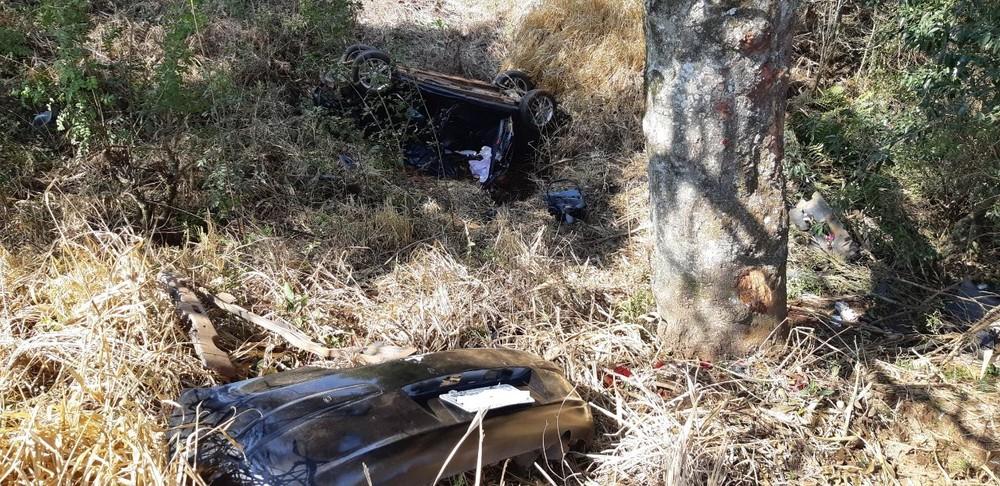 Uma mulher morreu e outras três pessoas ficaram feridas após carro bater contra árvore e capotar, na BR-277 — Foto: Divulgação/PRF