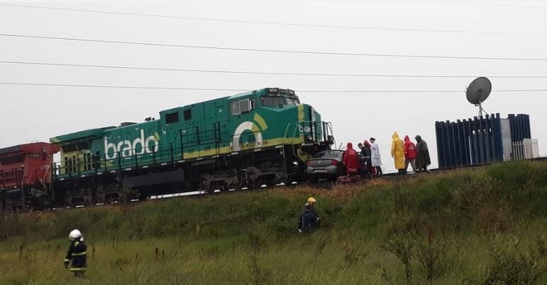 Carro que Emerson Juliano dirigia foi arrastado pelo trem por mais de 800 metros - Foto: aRede