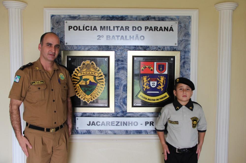 João Gabriel com o major Castelo Branco na sede do 2º BPM - Divulgação - PM
