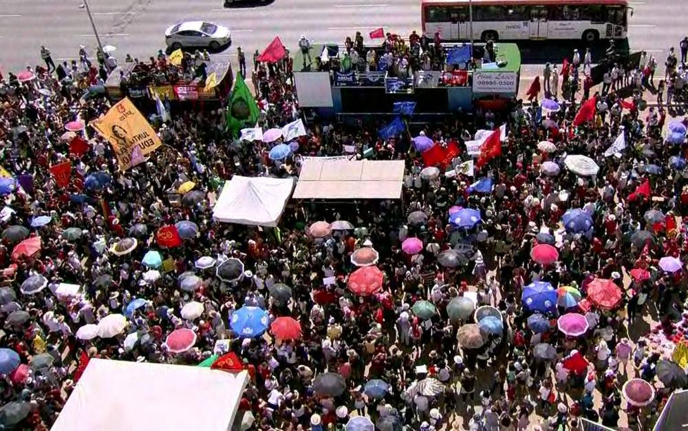 BRASÍLIA, 11h30: Manifestantes protestam nesta quinta-feira (30) na Esplanada dos Ministérios contra os cortes na educação — Foto: Reprodução/GloboNews