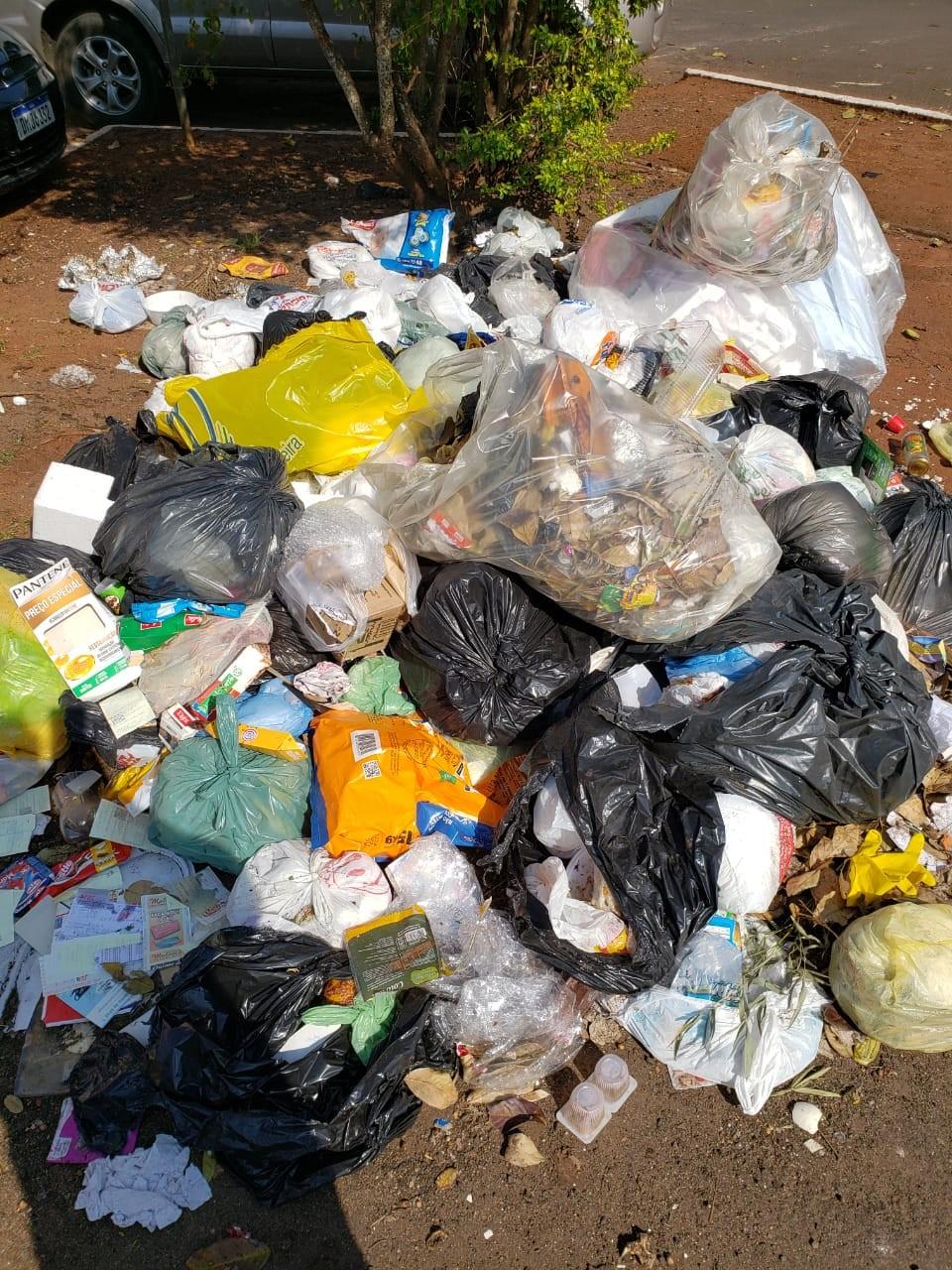 Moradores descartam lixo no centro de Santo Antônio da Platina