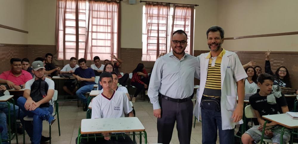 Leonardo Góes (e) e Everson Vargas durante aula com os alunos do Colégio Moralina Eleutério - Divulgação