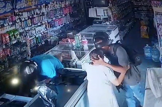 Ladrão dá um beijo na idosa na hora do assalto – reprodução