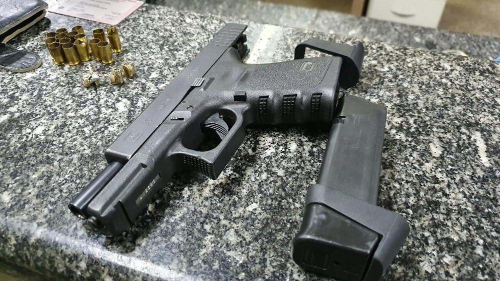 Pistola usada pelo advogado que foi preso por atirar contra a casa dos pais da ex-mulher em Franca, SP — Foto: Marcos de Paula/Pop Mundi