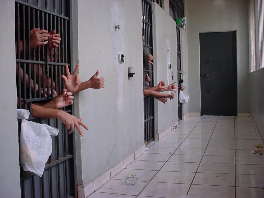 No segundo semestre de 2016, havia cerca de 10 mil presos em carceragens de delegacias para pouco mais de 4 mil vagas - Antônio de Picolli