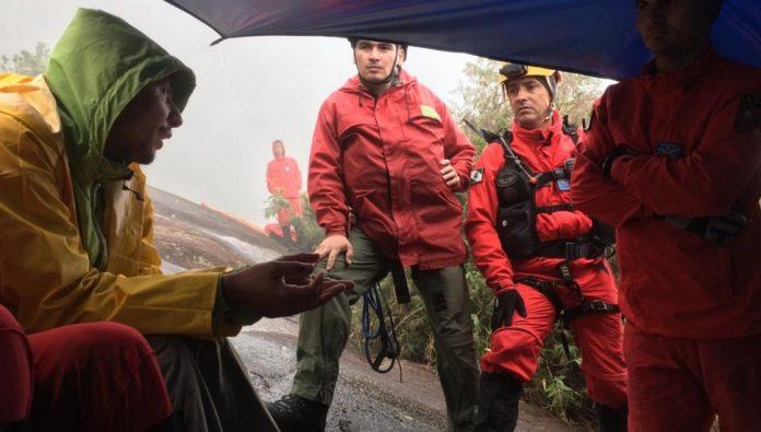 OS BOMBEIROS PASSARAM A NOITE COM A ADOLESCENTE FERIDA NO PICO MARUMBI, NA SERRA DO MAR (FOTO: DIVULGAÇÃO/BPMOA-PR)