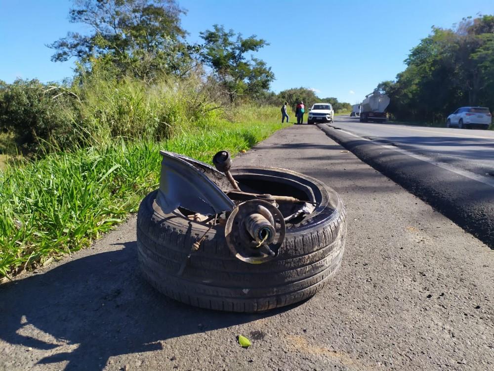 Jeep fica destruído em choque contra carreta na PR-092