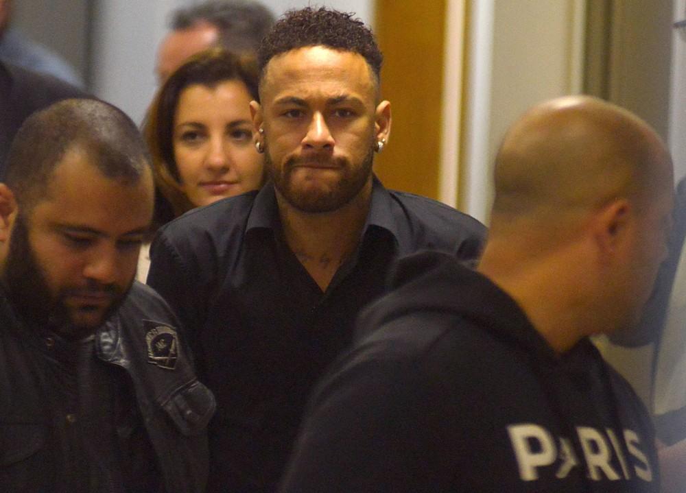 Jogador Neymar Jr. deixa delegacia no Rio de Janeiro após prestar depoimento sobre divulgação de fotos de mulher que o acusa de estupro — Foto: REUTERS/Lucas Landau