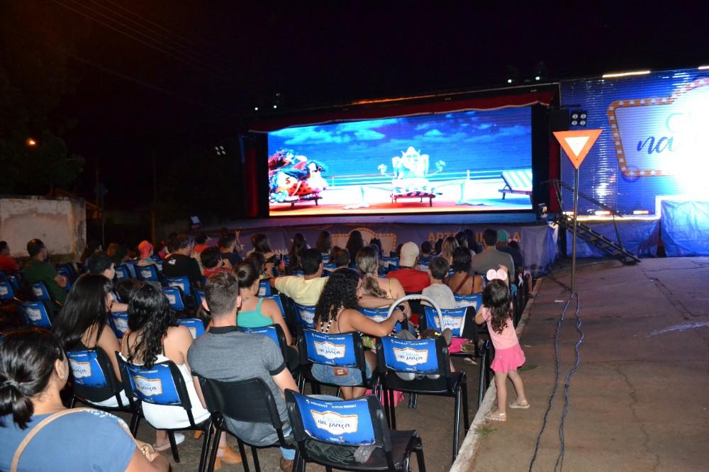 Cinema ao ar livre diverte famílias em Ribeirão do Pinhal