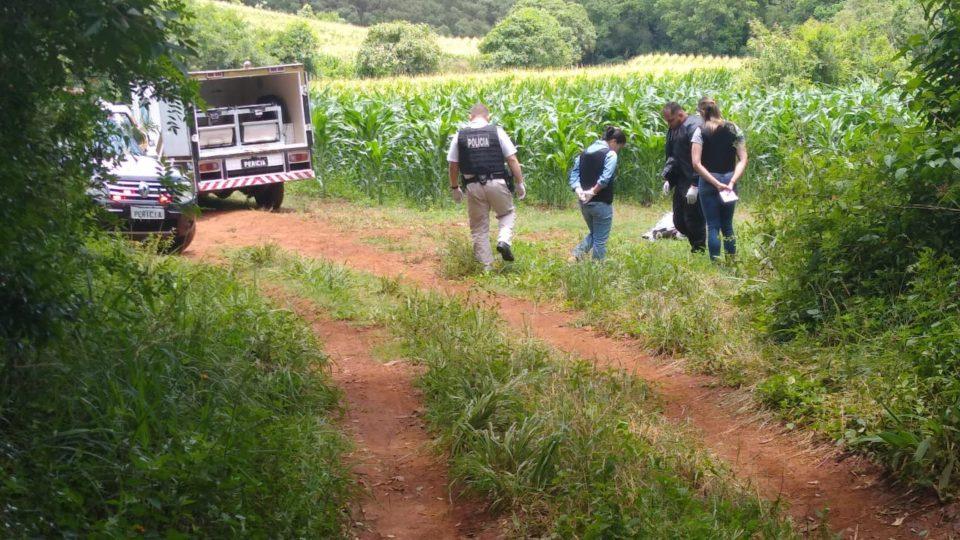 A vítima foi encontrada perto de uma plantação de milho (Foto: Antônio Nascimento/Banda B)