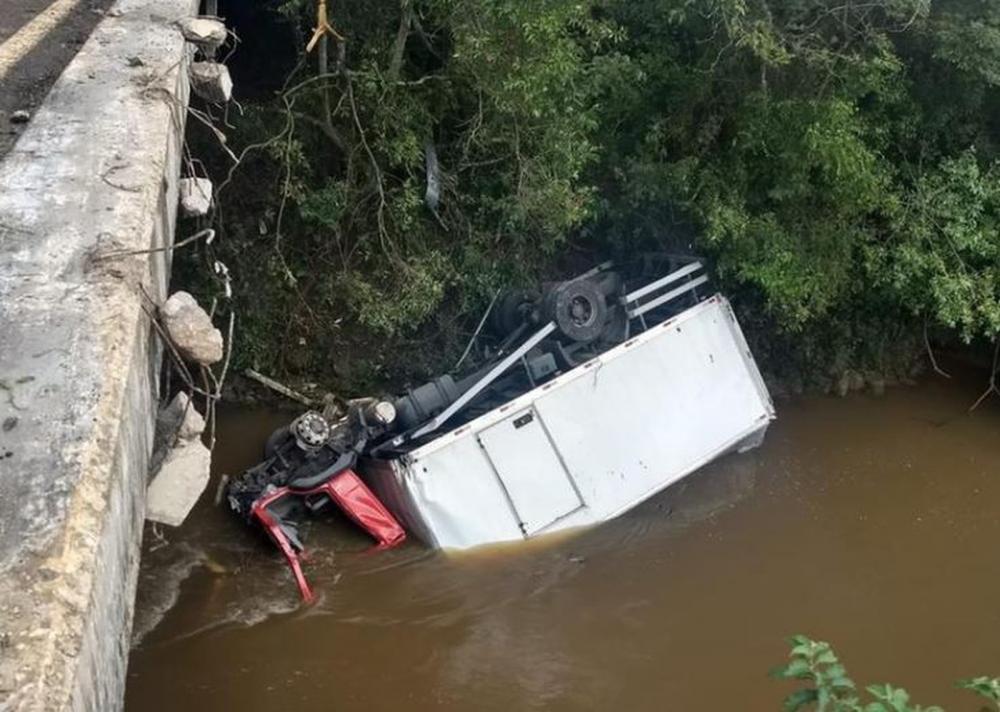 Parte do caminhão ficou submersa no Rio Carandaí — Foto: Corpo de Bombeiros/Divulgação