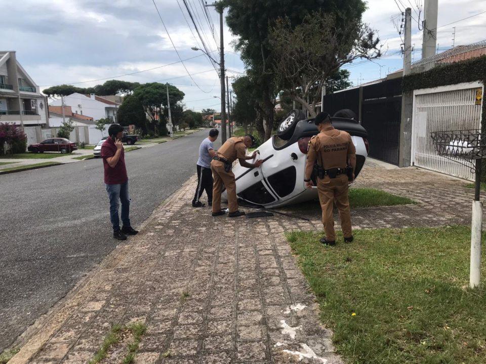 Bandidos capotaram carro durante fuga (Foto: Colaboração)