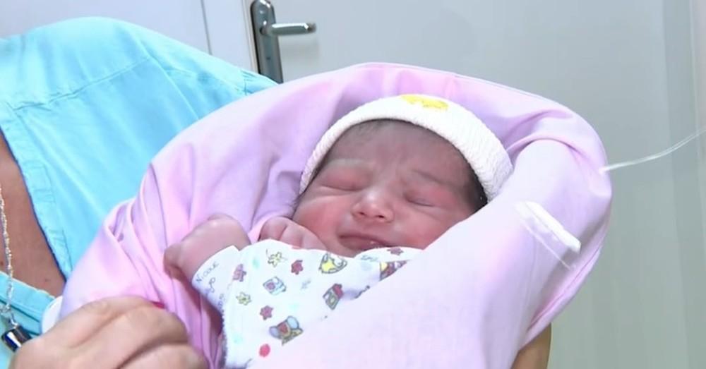 A menina, que recebeu o nome de Trinidad, nasceu dentro de um avião — Foto: RBSTV/Reprodução