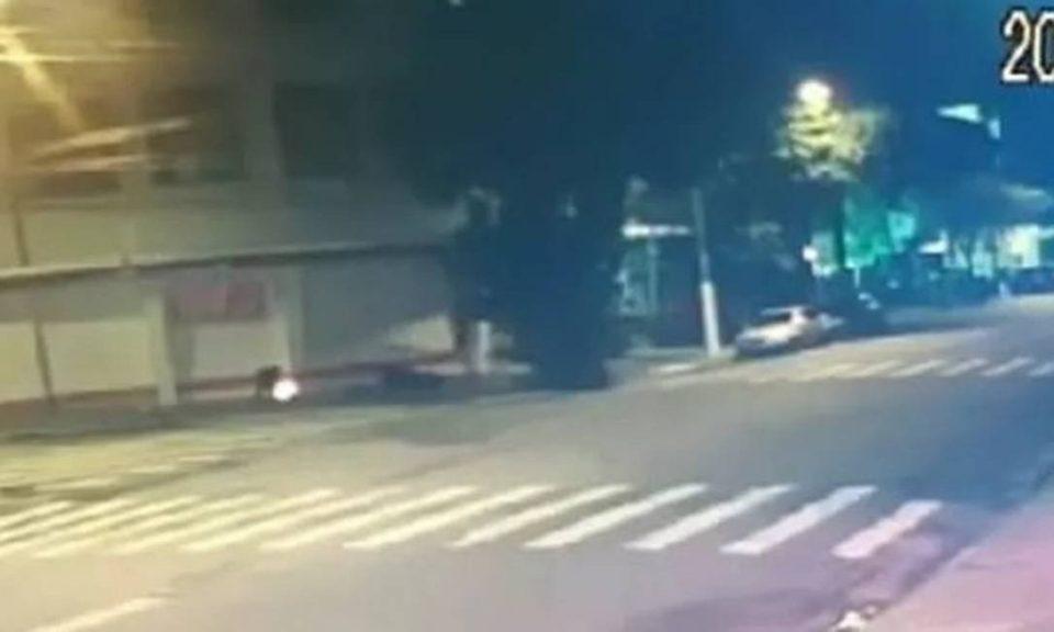 Câmeras flagraram o momento em que o morador de rua teve o corpo queimado (Foto: Reprodução)