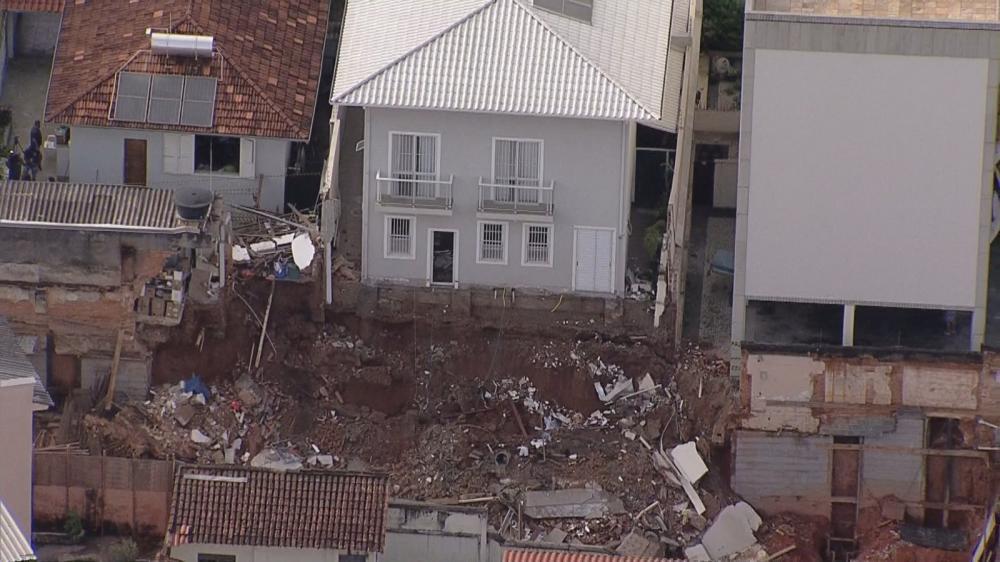 Terreno cede atrás de casa no bairro Prado — Foto: Reprodução/ TV Globo