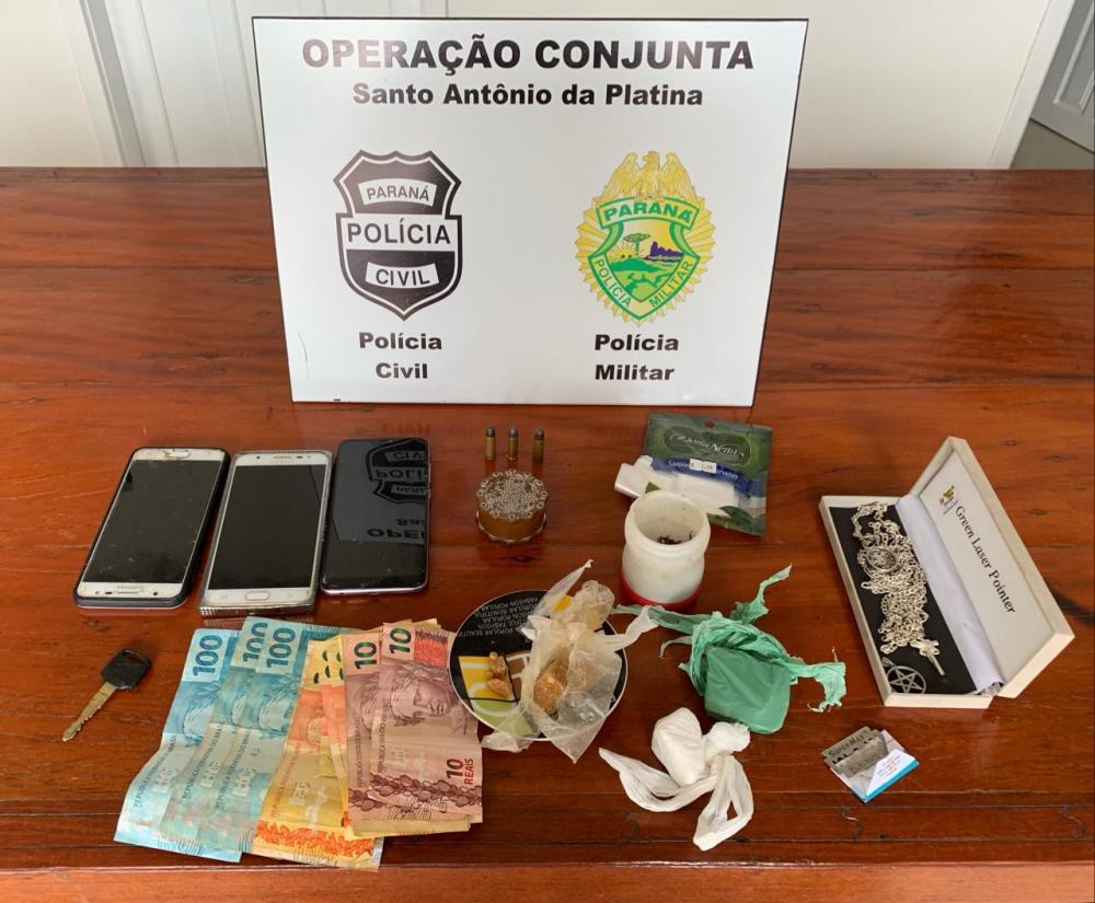 Drogas, munições, dinheiro e objetos apreendidos na casa do suspeito - Divulgação Polícia Civil