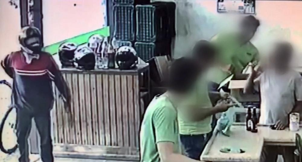 Homem anuncia assalto, mas é ignorado por vítimas e desiste do crime em MG — Foto: Reprodução EPTV