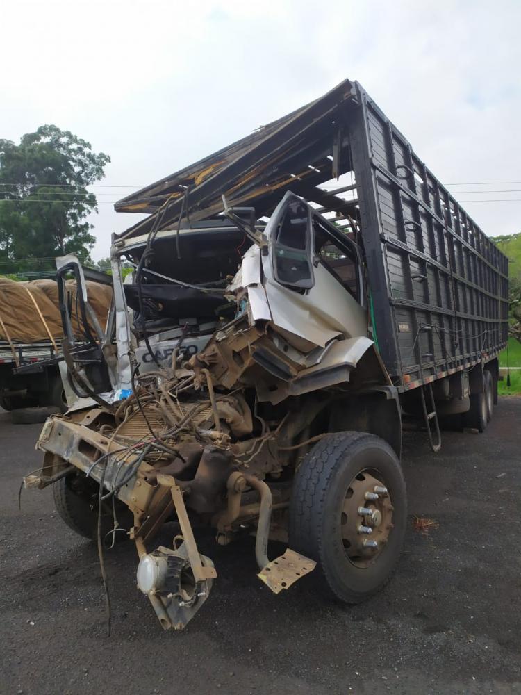 Caminhão que Renildo de Almeida dirigia ficou com a cabine completamente destruída - Divulgação