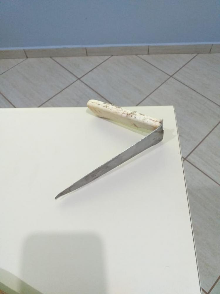 Faca utilizada para assassinar a vítima foi apreendida pela PM - Divulgação/PM