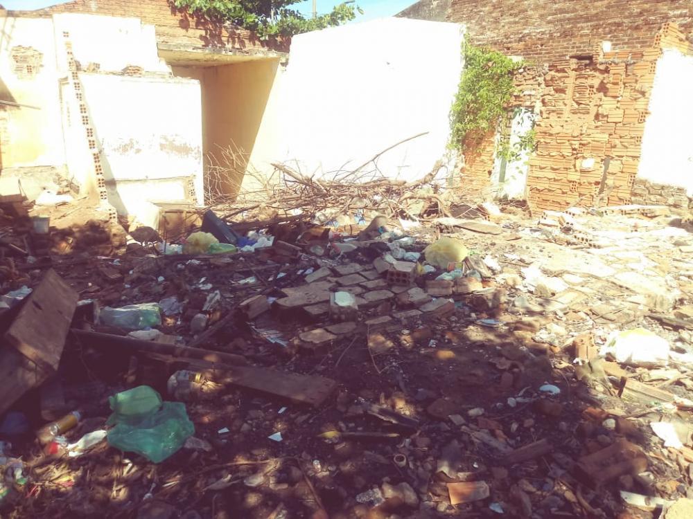 Terreno no centro da cidade acumula lixo e entulho; risco iminente de dengue