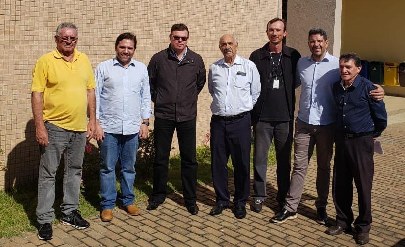 Da esquerda pra direita: Renério, prefeito Antonely, o juiz Otto Sponholz, advogado, Gilberto Amaral, Daniel (servidor da Justiça Federal) , Dr. Tony (procurador do município) e Dr. Geiel (presidente da Subseção da OAB de Ibaiti).