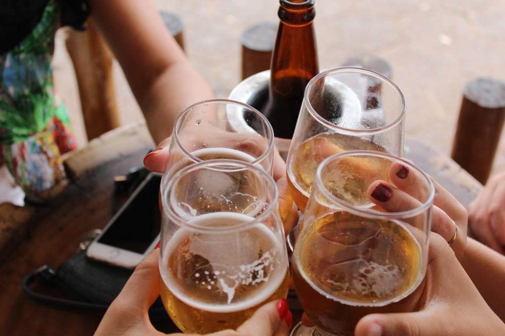 Bebidas alcoólicas misturadas com remédios ou energéticos podem causar diversos efeitos, de vômito a morte. — Foto: Unsplash/Divulgação