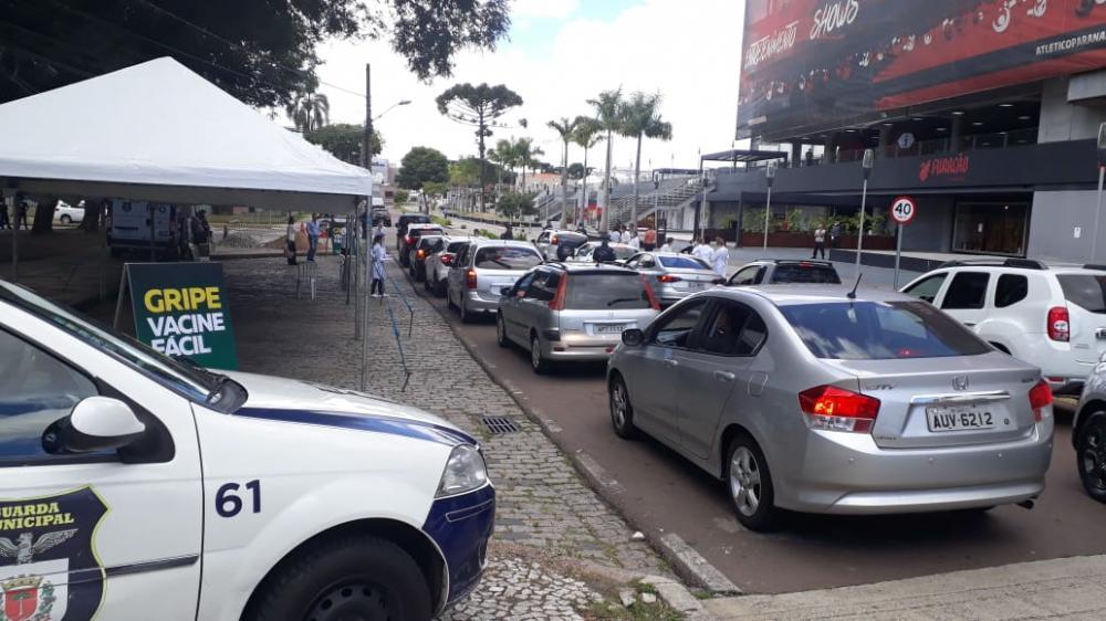 Fila de drive thru da vacina na Praça do Athletico nesta segunda- Foto Banda B