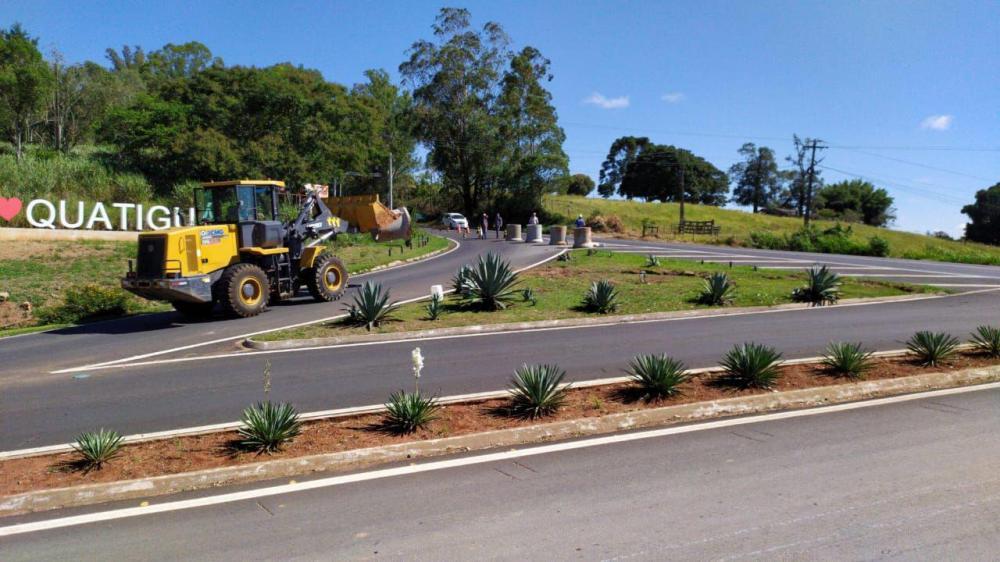 Manilhas instaladas pela prefeitura impedem acesso de eículos em Qautiguá - Divulgação