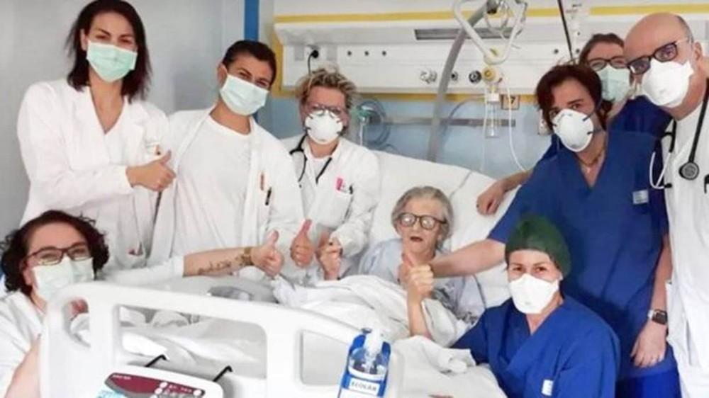 Alma Clara Corsini com a equipe médica que a tratou no hospital Pavullo em Modena, Itália — Foto: HOSPITAL DE PAVULLO