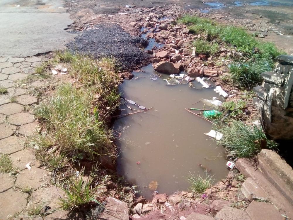 Moradores dizem que ruas do bairro concentram água parada por falta de manilhas - Divulgação