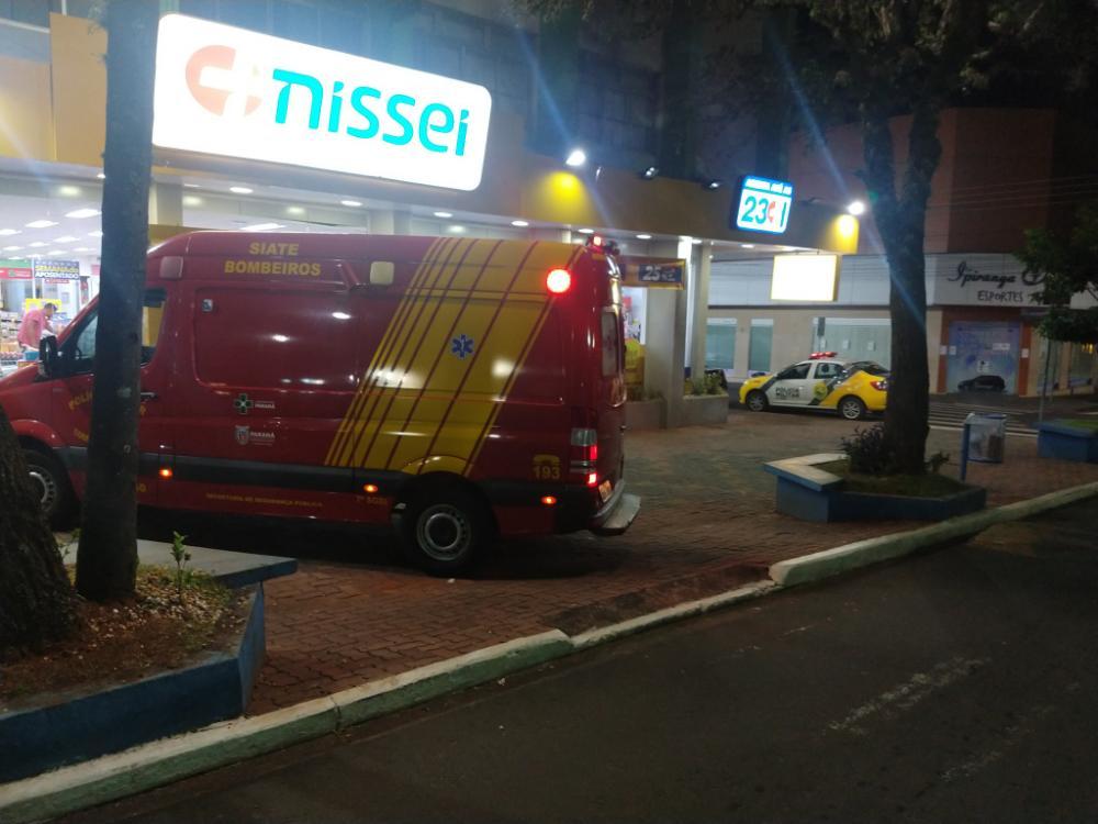 Vítima foi socorrida pelo Corpo de Bombeiros; bandidos fugiram sem levar nada da farmácia - Luiz Guilherme Bannwart