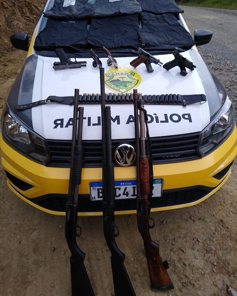Armas encontradas com os suspeitos (Foto: Facebook Rádio Copas Verdes)