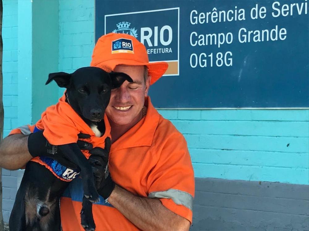 'Levei ele para casa e hoje é como se fosse uma medalhinha de ouro que eu levei para mim', contou Mineiro sobre o cão Pretinho — Foto: Cristina Boeckel/ G1