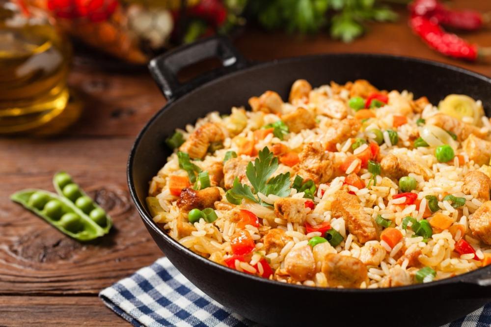Arroz frito: um jeito fácil e saboroso para reaproveitar a sobra do almoço