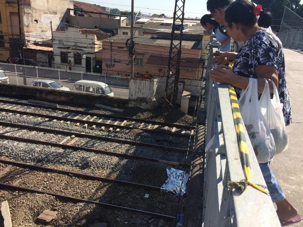 Pessoas observam corpo do jovem sobre a linha do trem próximo à estação Riachuelo, Zona Norte do Rio — Foto: Alba Valéria Mendonça/G1