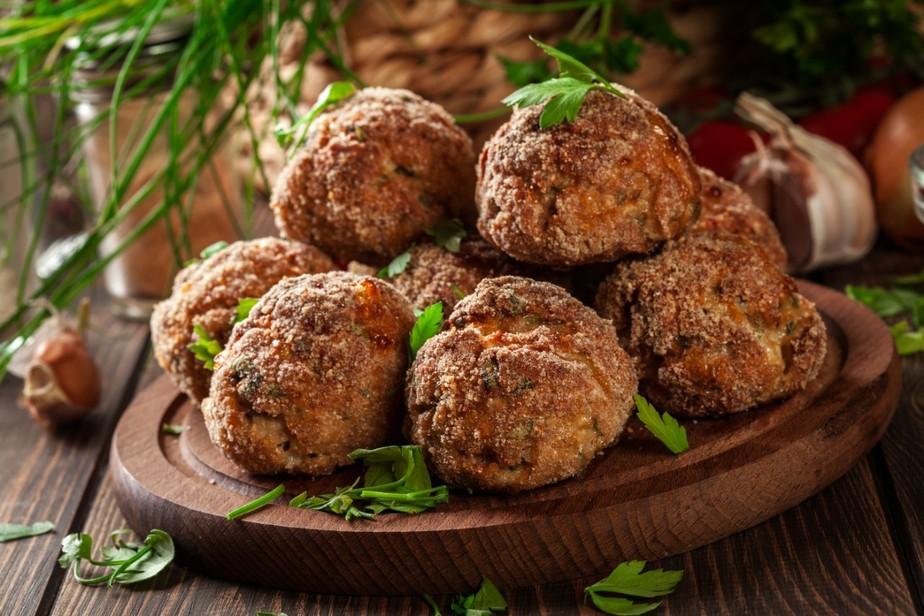 Receita de bolinho de carne recheado: suculento por fora e cremoso por dentro