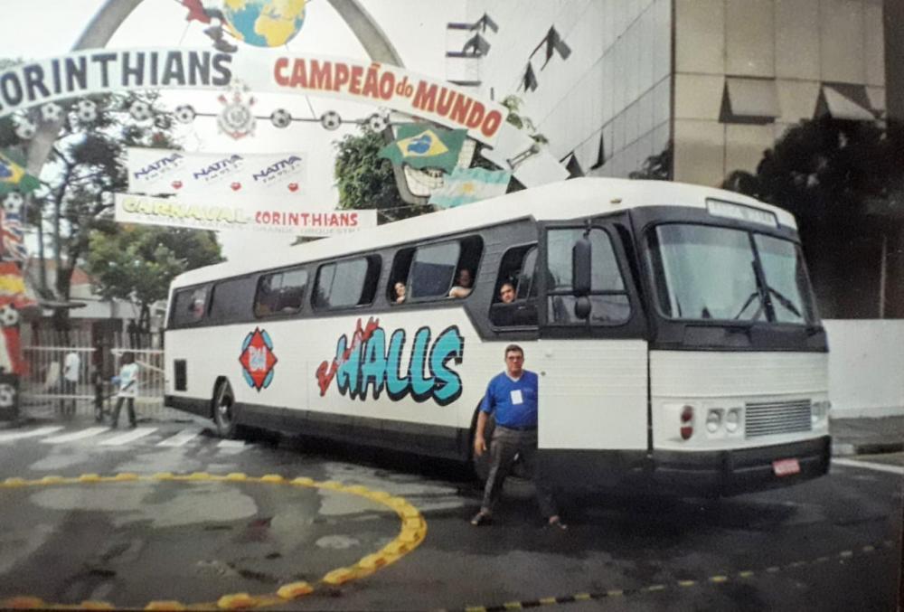 Seo Adir, o 'motora', na porta do 'busão' da Banda Halls, na entrada do Parque São Jorge, em São Paulo (Carnaval 2002) – Arquivo