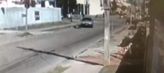 Vídeo: Motorista desvia de corpo e foge após atropelar pedestre, em Curitiba